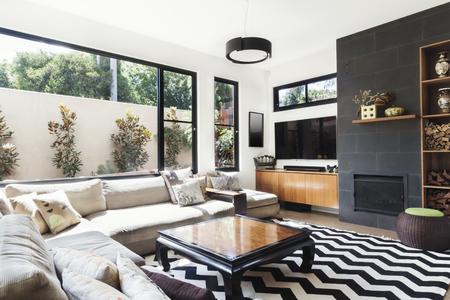 #61586912   Monochrome Wohnzimmer Mit Holz Und Grauen Fliesen Akzente Und  Sparrenmuster Teppich