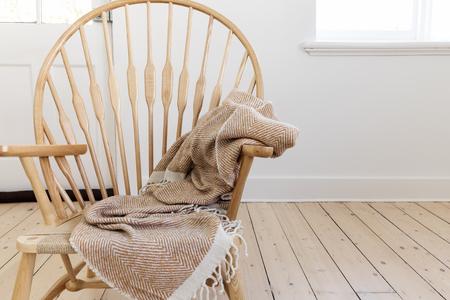 simplicidad: Silla de madera de estilo rústico con manta de tiro textura y el espacio negativo para el texto