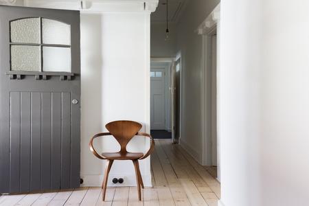 Décor simple de chaise en bois classique appartement rénové entrée horizontal Banque d'images - 60332425