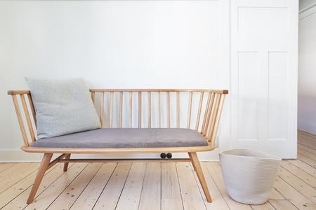 arredamento classico: Panca caratteristica sede della sedia in stile danese interno bianco Archivio Fotografico