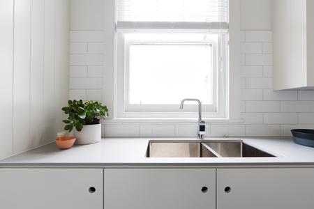 Zamknij się szczegóły współczesnej kuchni białego mieszkania z płytkami metra Zdjęcie Seryjne