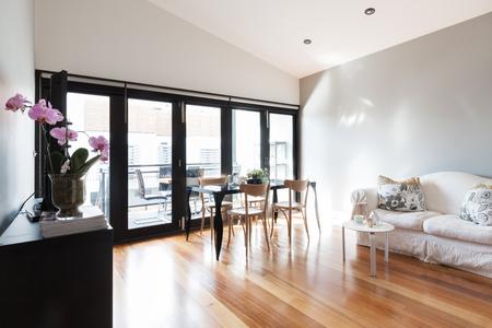 #63226008   Großes Studio Wohnung Wohnzimmer Mit Bifalte Balkontüren