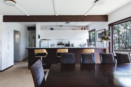 Cucina e sala da pranzo di vecchio stile retrò funky casa sulla spiaggia australiana