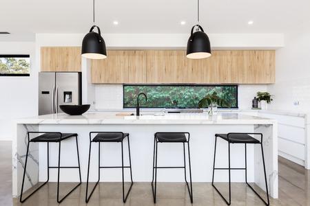 Duża luksusowa australijska kuchnia z marmurową ławką na wyspę