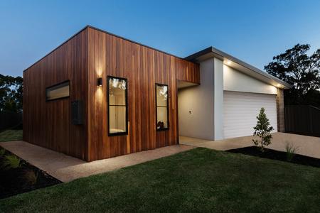 Colpo di crepuscolo di una casa australiana contemporanea