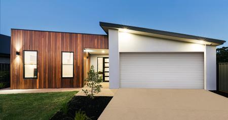 Zeitgenössische Neue Australische Hausbeleuchtung In Der Dämmerung Photo