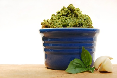 Pesto in a blue ramekin with garlic and basil Banque d'images