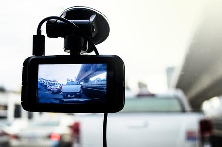 자동차의 카메라가 켜져 있고 아침에 일출 조명으로 교통 정체가 기록됩니다.