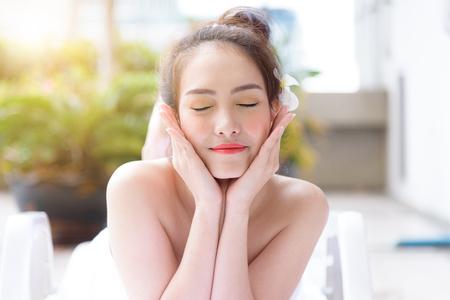 Portrait de belles personnes asiatiques avec vue rapprochée et fermer les yeux. Concept de beauté, santé, spa et relaxation.
