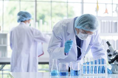 L'équipe de scientifiques asiatiques effectue des recherches en laboratoire.