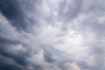 Die Natur des dunklen Himmels mit bewölktem Morgen.