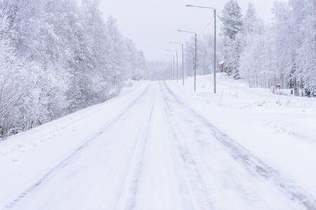 La carretera número 496 se ha cubierto de fuertes nevadas en la temporada de invierno en Laponia, Finlandia. Foto de archivo