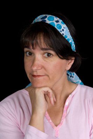 comunicacion no verbal: Mujer que ponderan la vida. Ella est� configurado por una recapitulaci�n de pelo azul contra un fondo negro.  Foto de archivo