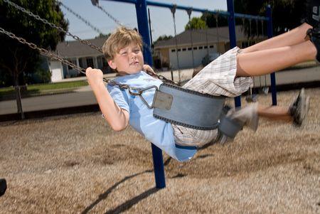 ni�os saliendo de la escuela: Estudiantes jugando en un columpio en un patio de colegio