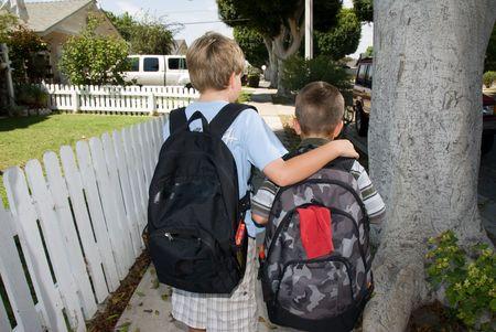 ir al colegio: Dos hermanos caminando a la escuela