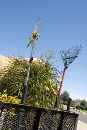 ツリーを飾り、庭の変身から雑草 gardners トレーラーが読み込まれます