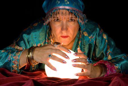 zigeunerin: Ein Zigeuner Wahrsagerin bringt ihre Kristallkugel zum Leben, um die Zukunft. Lizenzfreie Bilder