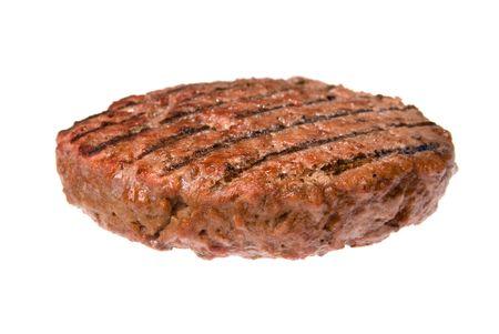 Una gruesa, jugosa hamburguesa empanada cocido en una barbacoa aisladas sobre fondo blanco.