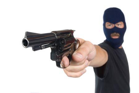 隠された顔で強盗強盗未遂で彼の銃を指しています。