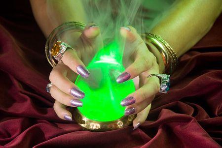 bola de cristal: Una bola de cristal viene vivo como la luz verde y la niebla en torno a la forma de vidrio.