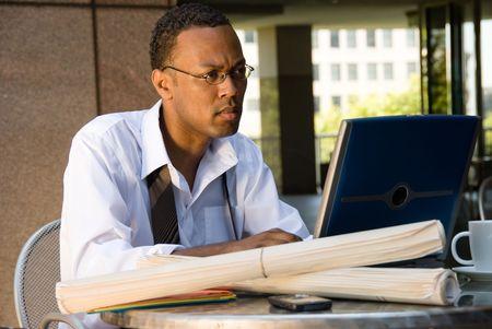 specifiche: Un dirigente ingegnere conduzione di lavoro durante la sua pausa pranzo.