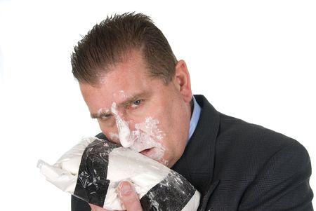 drogadicto: Un hombre de negocios adicto a las drogas snorts coca�na. Foto de archivo