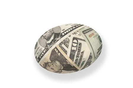 gniazdo jaj: Młody pieniędzy pojedyncze gniazdo jaj na białym. Good for finansowych dojrzałości i wnioskowania na emeryturę.