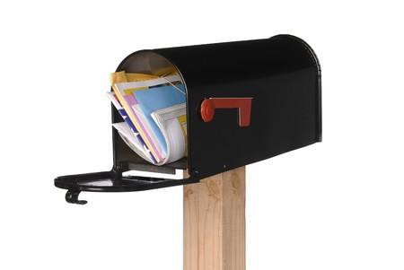buzon de correos: Un negro aislado buz�n lleno de cartas, facturas, tarjetas de felicitaci�n y una revista. Foto de archivo