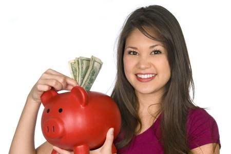 100ドル札を貯金箱に入れる若い女性