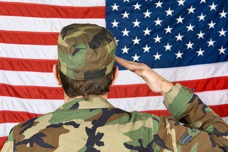 estrellas  de militares: Un soldado vetern saluda con su bandera en Memorial Day