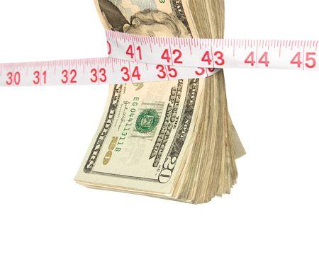 Een bundel van contanten wordt geperst strakker te wijten aan de recessie. Beeld leidt een slechte economie, strengere home financiën, overheid bailouts en een algemene behoefte aan besteden wijzer. Beeld werd neergeschoten tegen een brandende witte achtergrond en is niet een uitsnede.