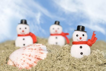 inferences: Snowmen in the sand during a tropical day for Christmas inferences.