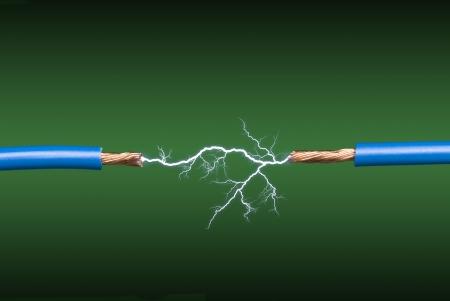 녹색과 검은 색 그라데이션 배경에 두 개의 파란색, 구리 전선을 횡단하는 전기 아크.