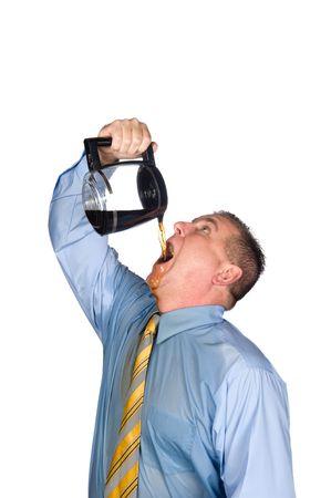 Ein verzweifelter Geschäftsmann trinkt einen Topf hot Kaffee aufwachen, weil er abhängig von Koffein ist.