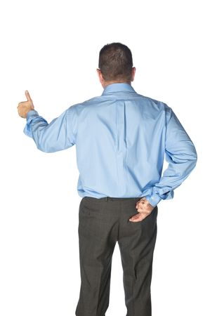 comunicacion no verbal: Un hombre de negocios da un pulgares y tiene sus dedos cruzados detr�s de su espalda como si mentir o enga�ando a sus clientes. Foto de archivo