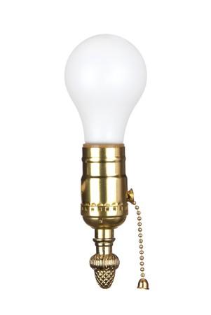 enchufe de luz: Una l�mpara de luz en un z�calo de lat�n el�ctricos con cadena de extracci�n.