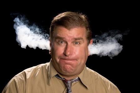 Un uomo è arrabbiato e il fumo dalle orecchie sfogo in una classica espressione comune nelle illustrazioni e cartoni animati. Archivio Fotografico - 7443174
