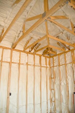 tablaroca: Una habitaci�n en una casa reci�n construida es rociada con l�quido aislante de espuma antes de que se agrega el yeso. Ideal para publicidad de construcci�n de casas nuevas y otras deducciones promocional de construcci�n de casas.