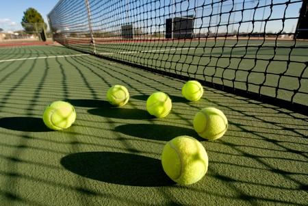 ballon volley: Une image repr�sentant le concept de tennis, y compris la Cour et les balles au coucher du soleil.