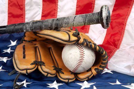guante beisbol: Un guante de b�isbol, el b�isbol y el murci�lago en una bandera de Estados Unidos, simbolizando un deporte tradicional de Estados Unido
