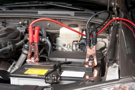 배터리 충전 케이블로 전원이 방전 된 배터리로 전달됩니다. 스톡 콘텐츠