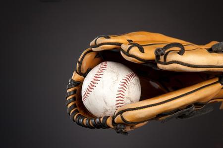 guante beisbol: Un b�isbol y tema de deportes de guante de b�isbol en un degradado de color gris, fondo temperamental.