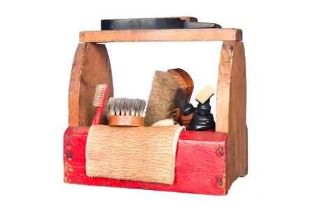 shoe boxes: Un cuadro de brillo completo zapato cosecha de madera con un pinceles de pelo de zapatos plataforma, camellos, pulido trapo y polaco aislados en blanco.
