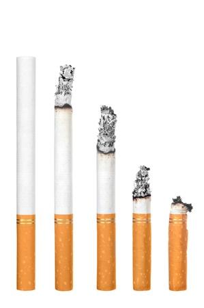 Een montage van sigaretten tijdens verschillende stadia van branden.  Elk is geïsoleerd op wit. Stockfoto