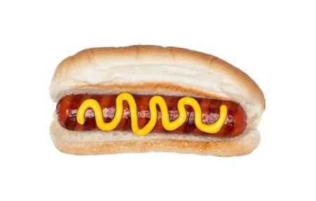 bollos: Un hotdog reci�n a la parrilla en un mo�o con una secuencia de mostaza aislado en blanco.