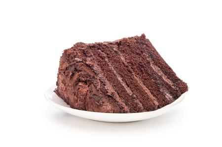 chuparse los dedos: Una deliciosa rebanada de pastel de chocolate sobre un blanco que sirve la placa.