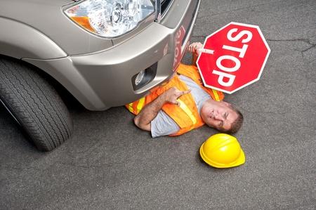 accidente laboral: Un trabajador de construcci�n vial es injurd por un coche que Foto de archivo