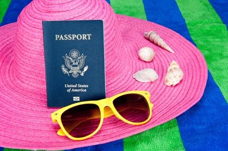 caracolas de mar: Un pasaporte en un sombrero de color rosa con gafas de sol de turismo de color amarillo y conchas de mar Foto de archivo