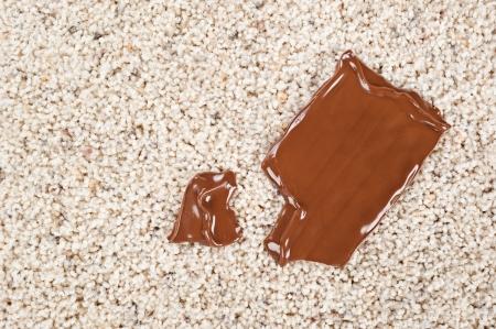 candy bar: Una barra de chocolate chocolate derretido cay� sobre un piso alfombrado nuevo. Foto de archivo