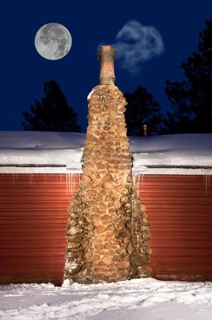 cicla: Una chimenea de piedra en una cabaña en el desierto, las montañas de humo de escape de nuestra la ventilación.